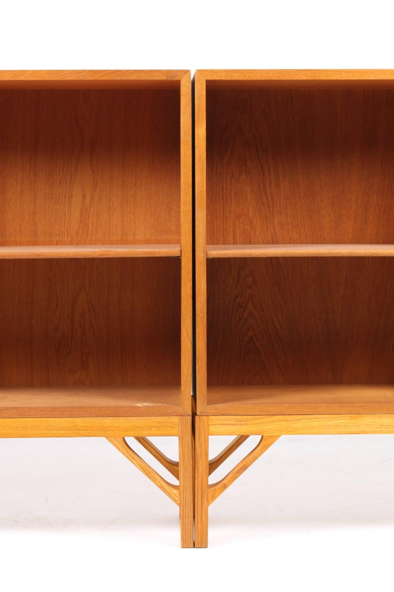 Scandinavian Modern Pair of China Bookcases in Oak by Børge Mogensen, Made in Denmark, 1960s For Sale