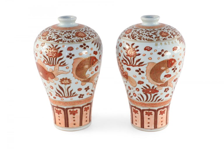Pair of Chinese Beige and Orange Fish Design Meiping Porcelain Vases In Good Condition In New York, NY