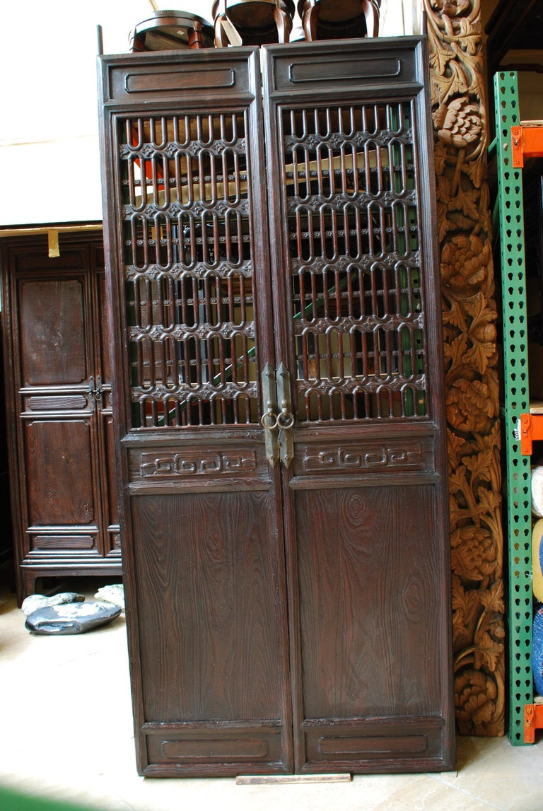 Pair of Chinese Cartouche Clover Lattice Panels In Excellent Condition For Sale In Chicago, IL