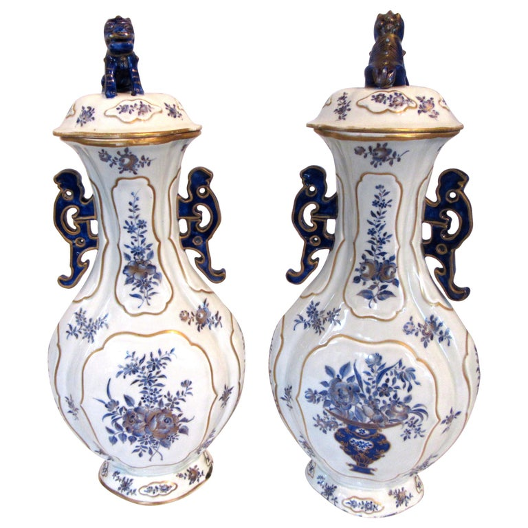 Pair of Chinese Export Blue and White Garniture Vases with Lids For Sale