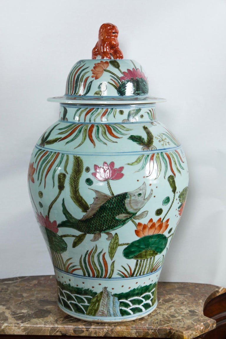 Pair of Chinese Porcelain Covered Jars In Good Condition For Sale In Woodbury, CT