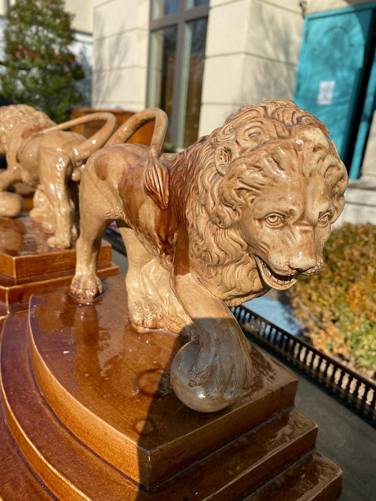 Pair of Circa 1790 English Porcelain Lions, Unusual Form, Unmarked For Sale 8
