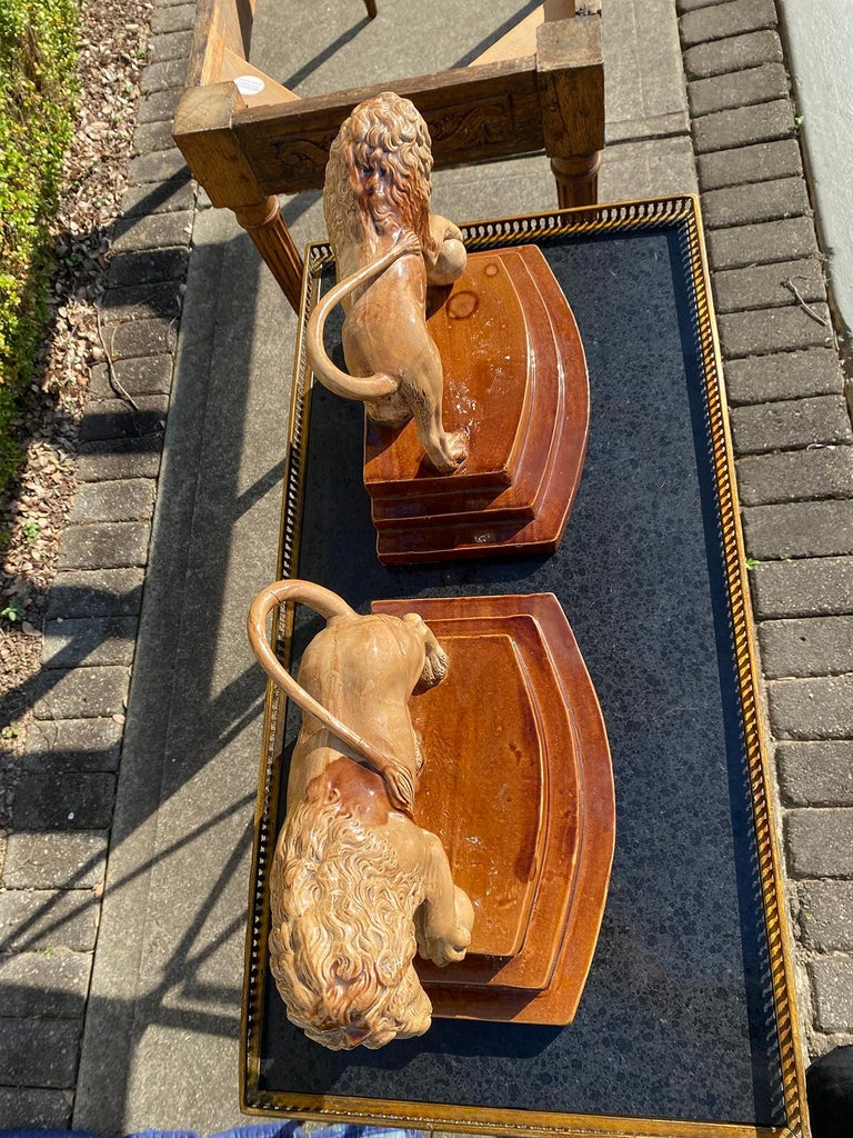 Pair of Circa 1790 English Porcelain Lions, Unusual Form, Unmarked In Good Condition For Sale In Atlanta, GA