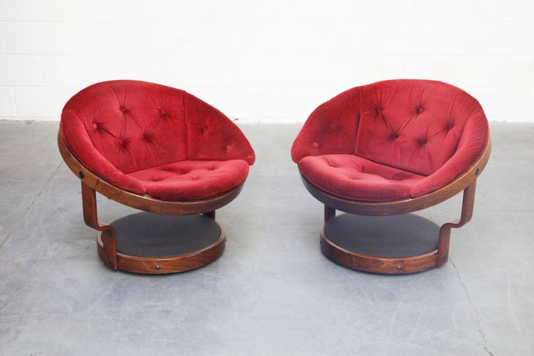 Norwegian Pair of Circular Swivel Lounge Chairs by Oddmund Vad, 1970s, Signed For Sale