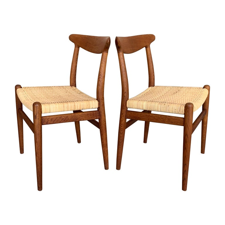 Pair of Classic Hans Wegner Side Chairs in Oak For Sale