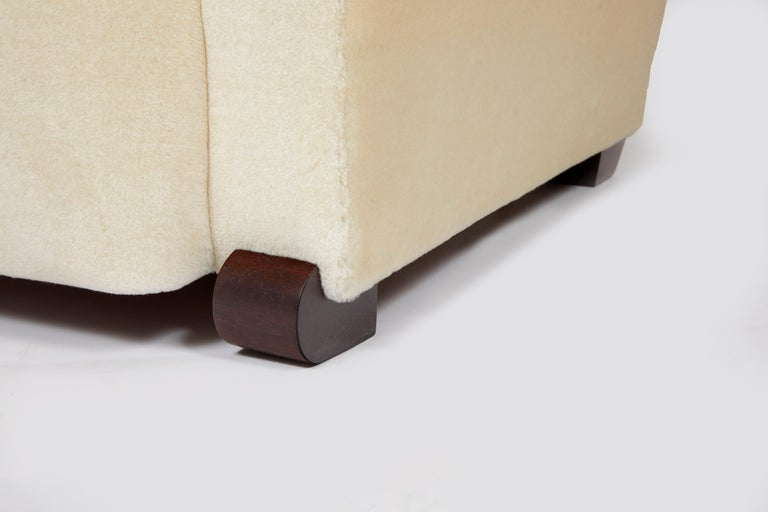 Rounded legs in stained wood, covered with off-white mohair.