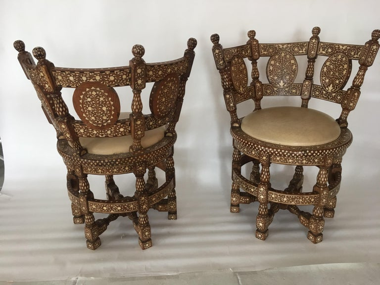 Pair of Colonial Lounge Chairs In Good Condition For Sale In Los Angeles, CA
