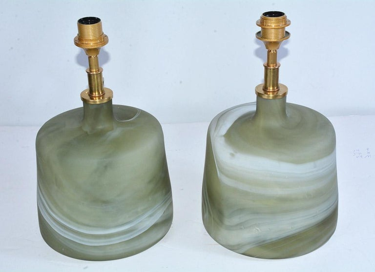 Modern Pair of Contemporary Green Marbleized Glass Lamps with Mat Finish For Sale