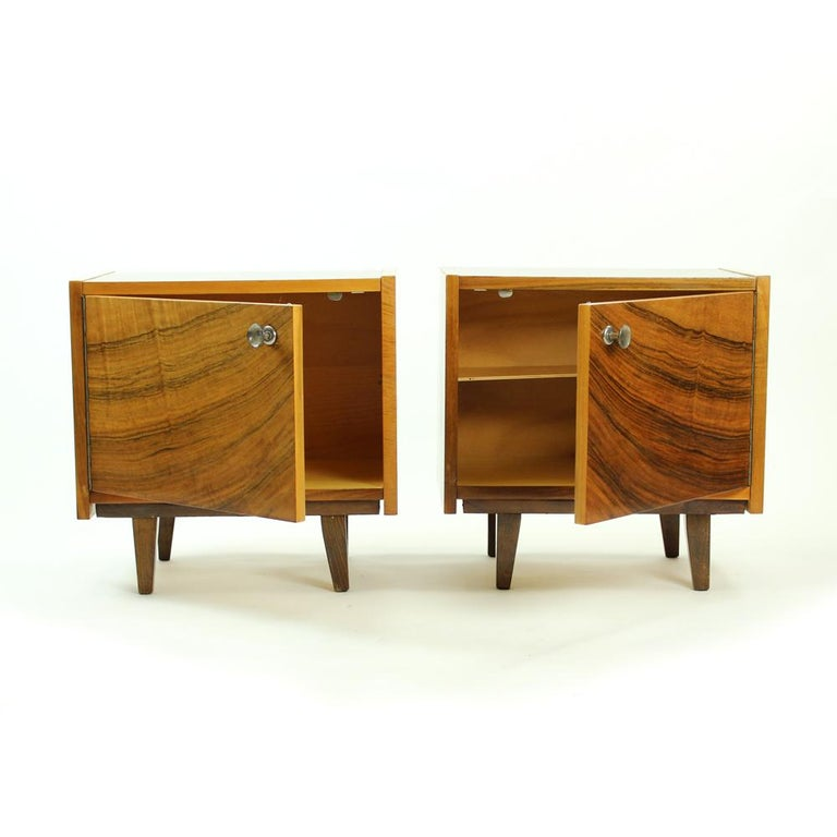 Pair of Cubical Bedside Tables in Walnut Veneer, Czechoslovakia, circa 1970 In Good Condition For Sale In Zohor, SK