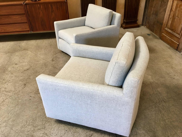 Pair of Curved Back 1950s Lounge Chairs on Casters In Excellent Condition For Sale In Laguna Hills, CA