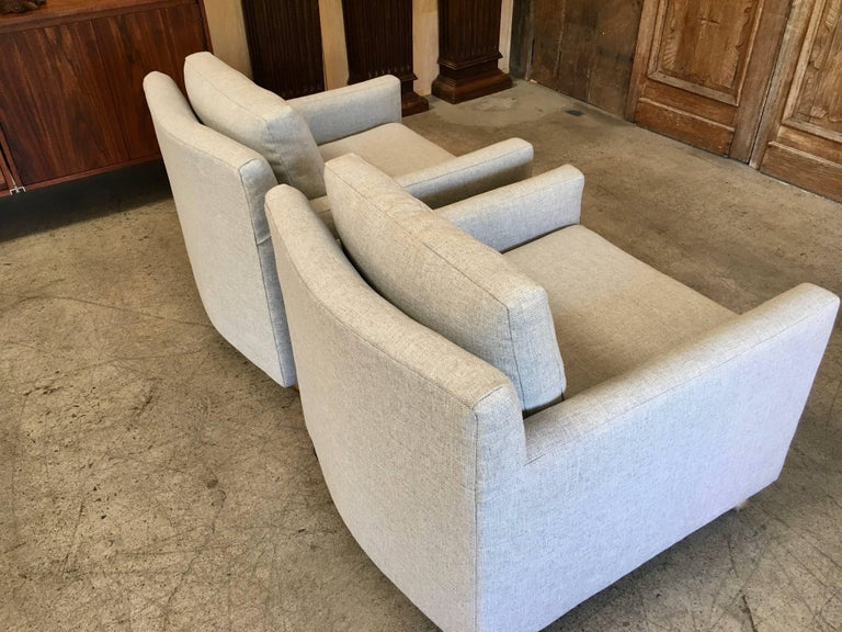 20th Century Pair of Curved Back 1950s Lounge Chairs on Casters For Sale