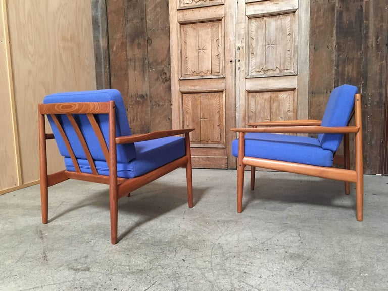 Pair of Danish Modern Lounge Chairs by Arne Vodder For Sale 4