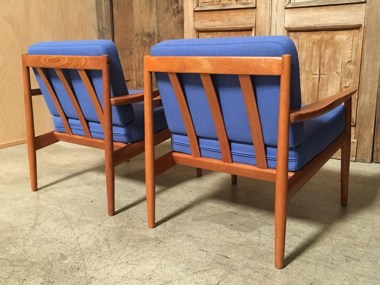 Pair of Danish Modern Lounge Chairs by Arne Vodder For Sale 1