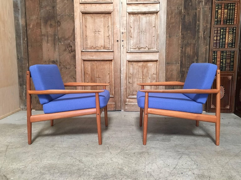 Pair of Danish Modern Lounge Chairs by Arne Vodder For Sale 3
