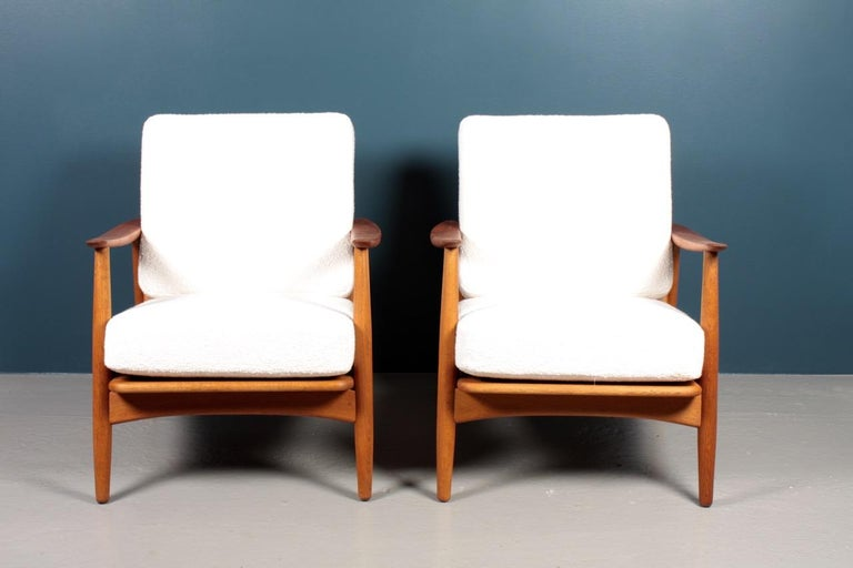 Wool Pair of Danish Modern Lounge Chairs in Teak and Boucle by Johannes Andersen For Sale
