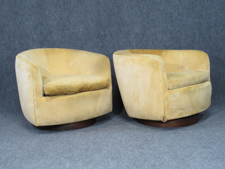 Mid-Century Modern Pair of Danish Modern Milo Baughman Style Swivel Club Chairs with Teak Bases For Sale