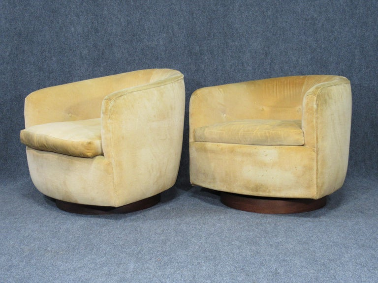 Pair of Danish Modern Milo Baughman Style Swivel Club Chairs with Teak Bases For Sale 4