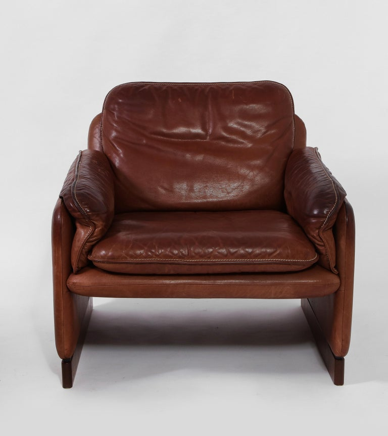 Mid-Century Modern Pair of De Sede 1970s Italian Lounge Chairs in Original Leather and Walnut For Sale
