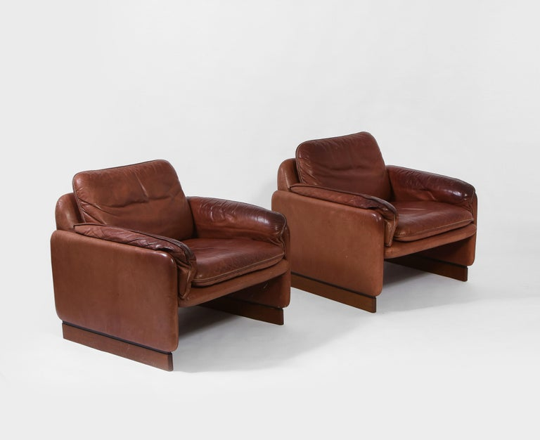 Pair of De Sede 1970s Italian Lounge Chairs in Original Leather and Walnut In Good Condition For Sale In New York, NY