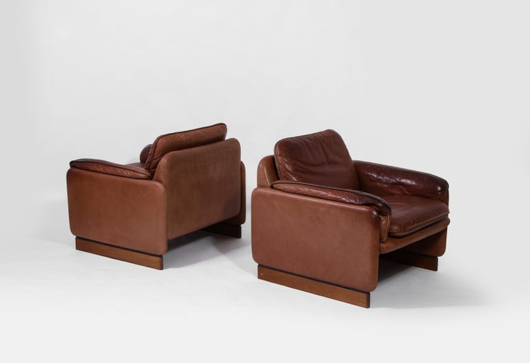 20th Century Pair of De Sede 1970s Italian Lounge Chairs in Original Leather and Walnut For Sale