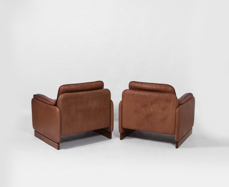Pair of De Sede 1970s Italian Lounge Chairs in Original Leather and Walnut For Sale 2