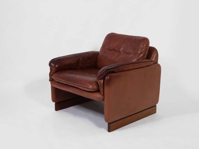 Pair of De Sede 1970s Italian Lounge Chairs in Original Leather and Walnut For Sale 4