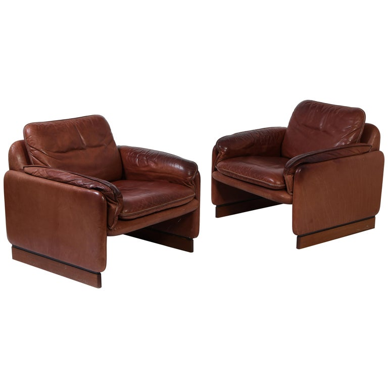 Pair of De Sede 1970s Italian Lounge Chairs in Original Leather and Walnut For Sale