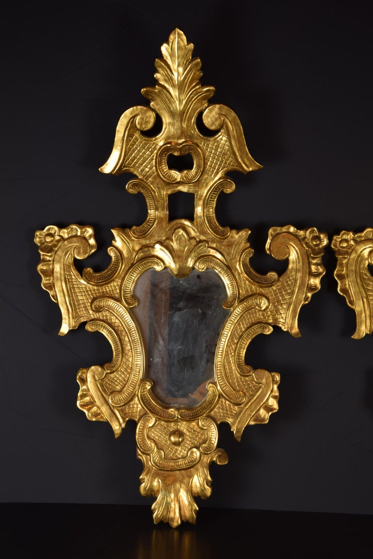 They were used inside the houses for decorative reasons and to visually expand the rooms, in addition to reflecting the light increasing the effect of candles and lamps (for this reason, sometimes, they had candelabras in front). The method of