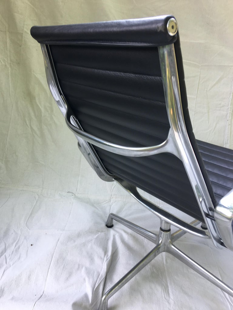 Pair of Eames Aluminum Group Leather Lounge Chairs For Sale 2