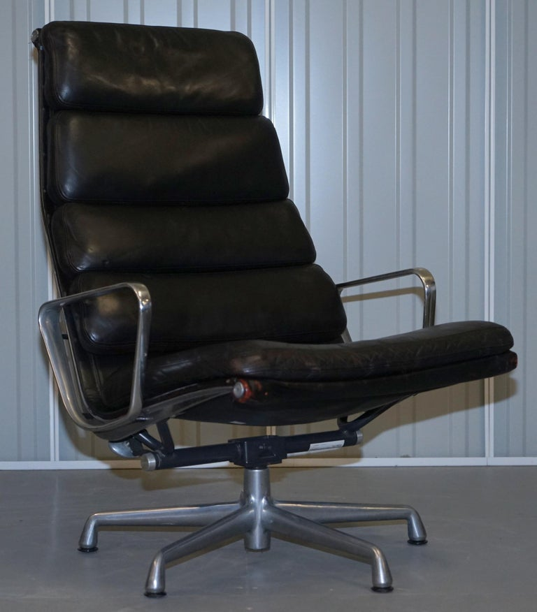 We are delighted to offer for sale this lovely suite of vintage 1996/1997 Charles and Ray Eames for Herman Miller Ea222 reclining lounge armchairs with matching black leather ottomans. Current RRP £10,544  A highly collectable, exceptionally
