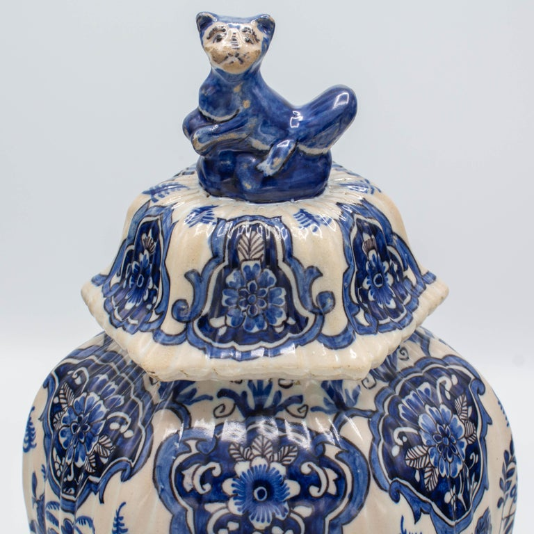 Pair of Early 18th Century Blue and White Delft Jars For Sale 3