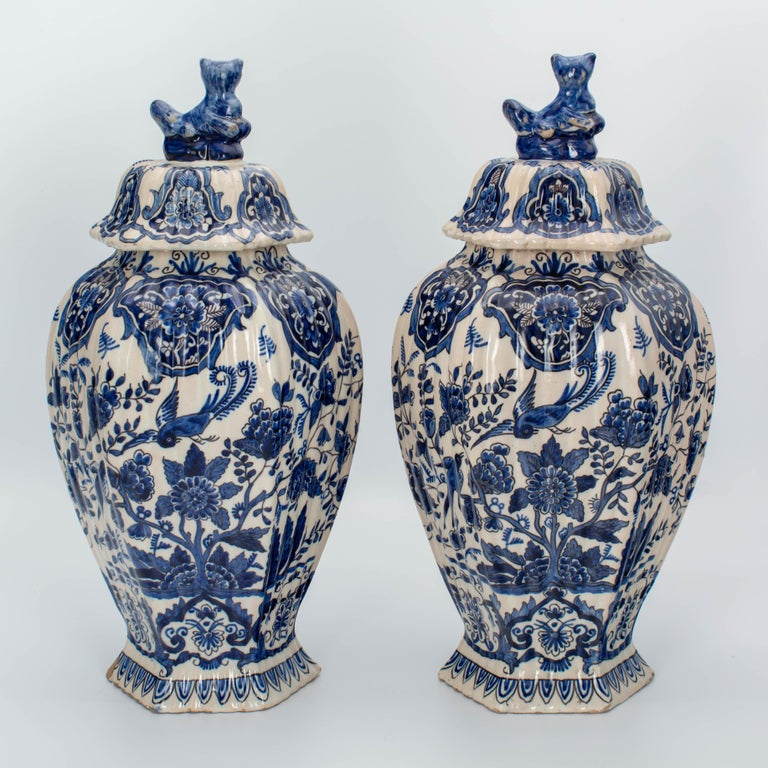 Hand-Painted Pair of Early 18th Century Blue and White Delft Jars For Sale