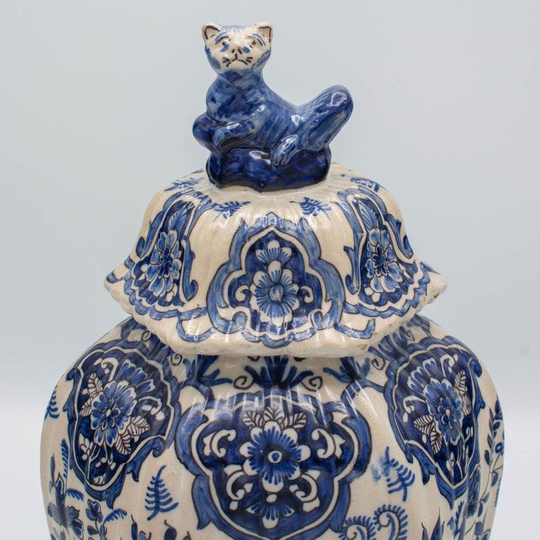 Pair of Early 18th Century Blue and White Delft Jars For Sale 2