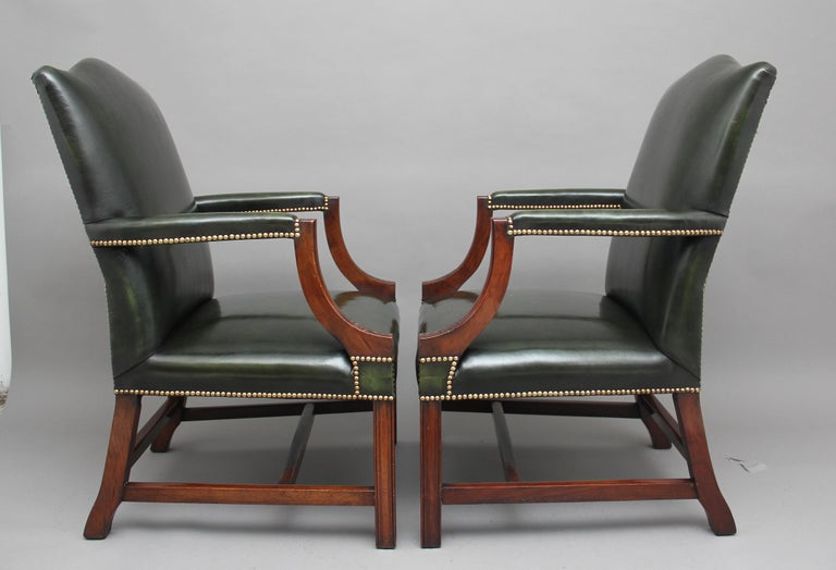 English Pair of Early 20th Century Gainsborough Armchairs For Sale