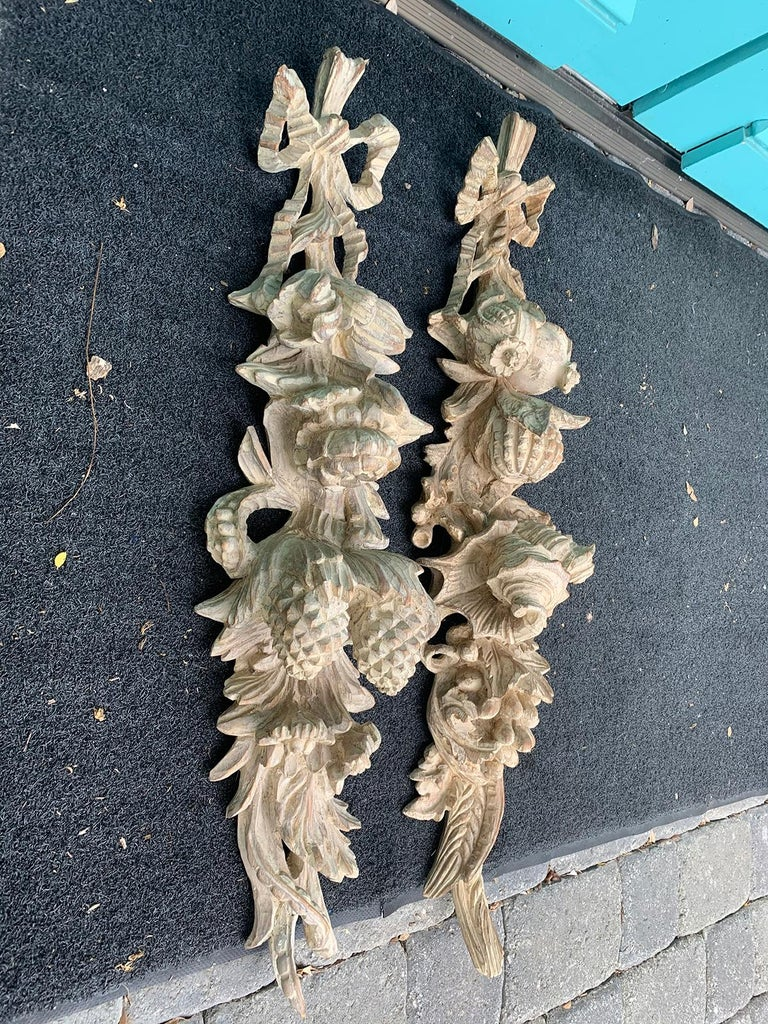 Pair of Early 20th Century Italian Palladio Hand Carved Wooden Wall Appliques In Good Condition For Sale In Atlanta, GA