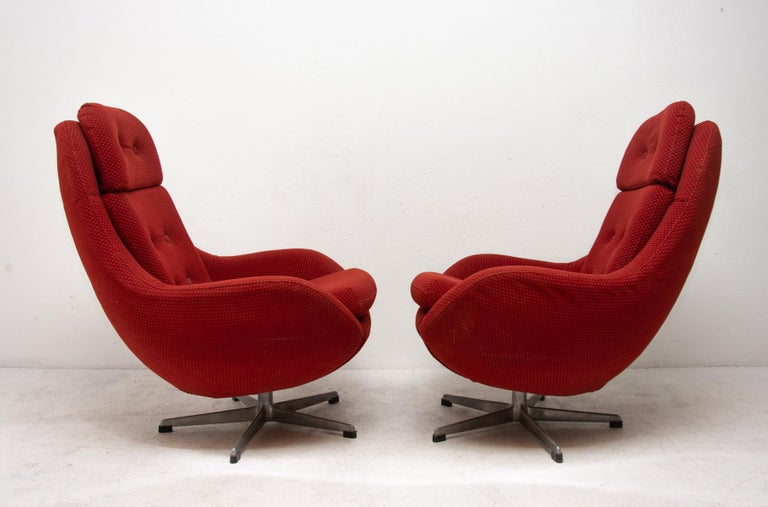 Pair of Eastern Bloc Eggs Swivel Armchairs, Czechoslovakia, 1970s In Good Condition For Sale In Prague 8, CZ