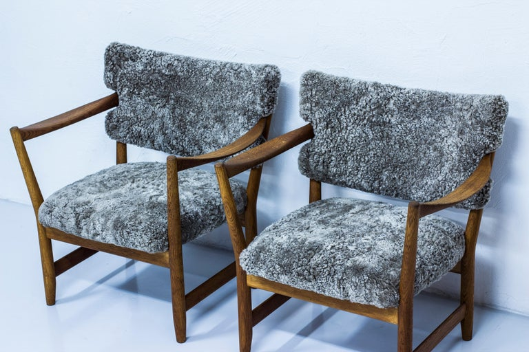 Pair of Easy Chairs with Sheepskin by Fredrik Kayser & Adolf Relling, Norway In Good Condition For Sale In Stockholm, SE