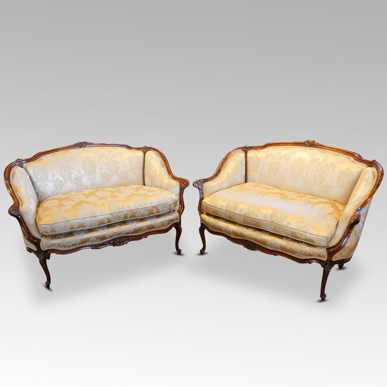 Pair of Edwardian Walnut Small Sofas In Good Condition For Sale In Salisbury, Wiltshire