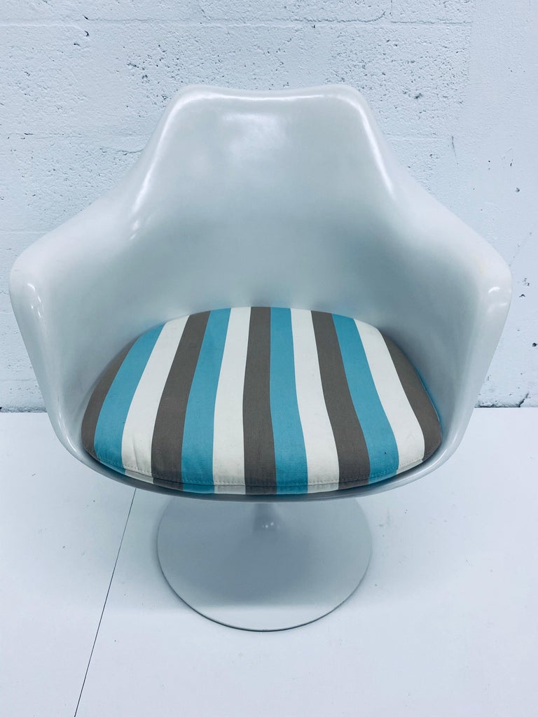 "Pair of Eero Saarinen ""Tulip"" Swivel Arm Chairs for Knoll, 1950s For Sale 3"