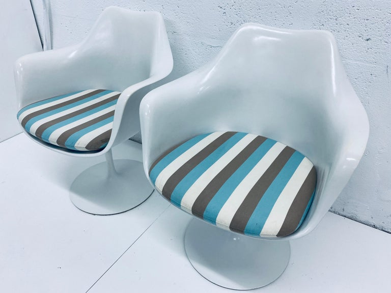 "Mid-Century Modern Pair of Eero Saarinen ""Tulip"" Swivel Arm Chairs for Knoll, 1950s For Sale"