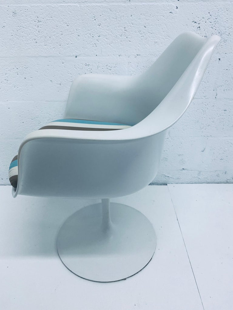 "Steel Pair of Eero Saarinen ""Tulip"" Swivel Arm Chairs for Knoll, 1950s For Sale"
