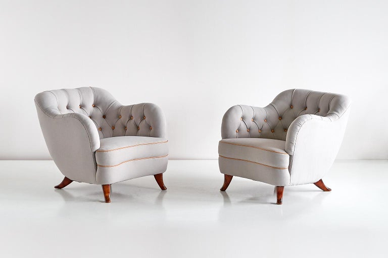 This rare pair of armchairs was designed by Elias Svedberg and produced by Nordiska Kompaniet (NK) in the 1940s. The rounded, curved lines and the tufted interior on the back and sides give the chair a refined appearance. The elegant shape of the