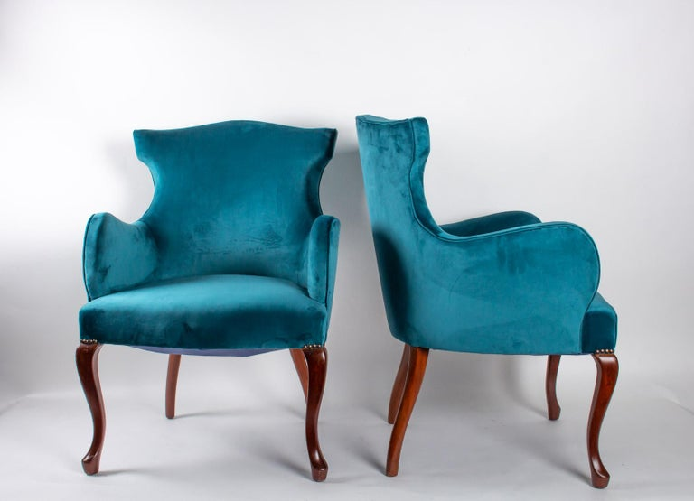 Pair of English armchairs from the beginning of the 20th century, feet in solid mahogany Measures: H 85cm, W 60cm, D 57cm.