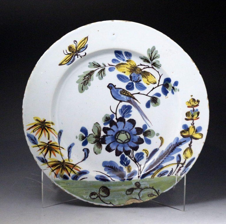 Pair of English Delftware Polychrome Decorated Chargers of Exceptional Quality In Good Condition For Sale In Woodstock, OXFORDSHIRE