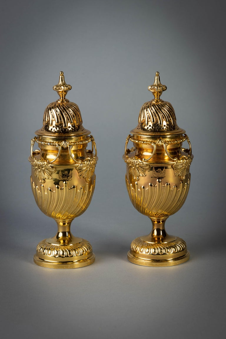 Each engraved with a crest and marked: London 1905, maker: Herbert Charles Lambert.
