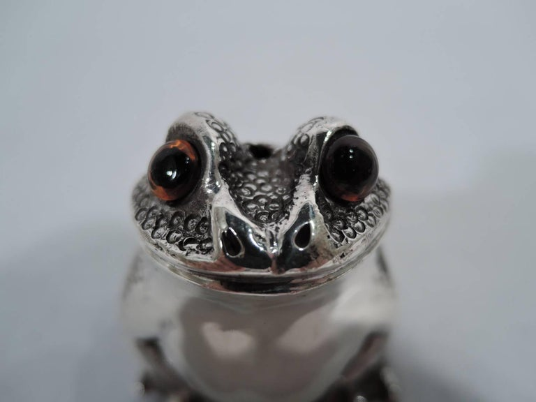 Pair of English Sterling Silver Novelty Frog Salt and Pepper Shakers In Excellent Condition For Sale In New York, NY