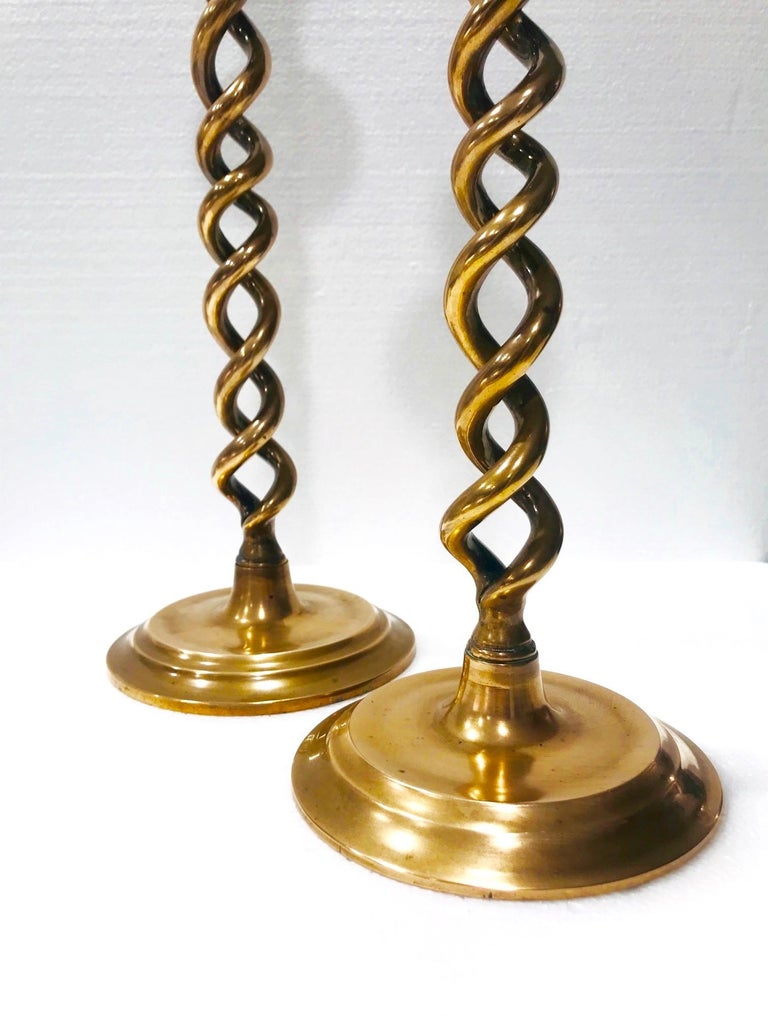 Pair of English Victorian Brass Spiral Candlesticks, Early 20th Century For Sale 6
