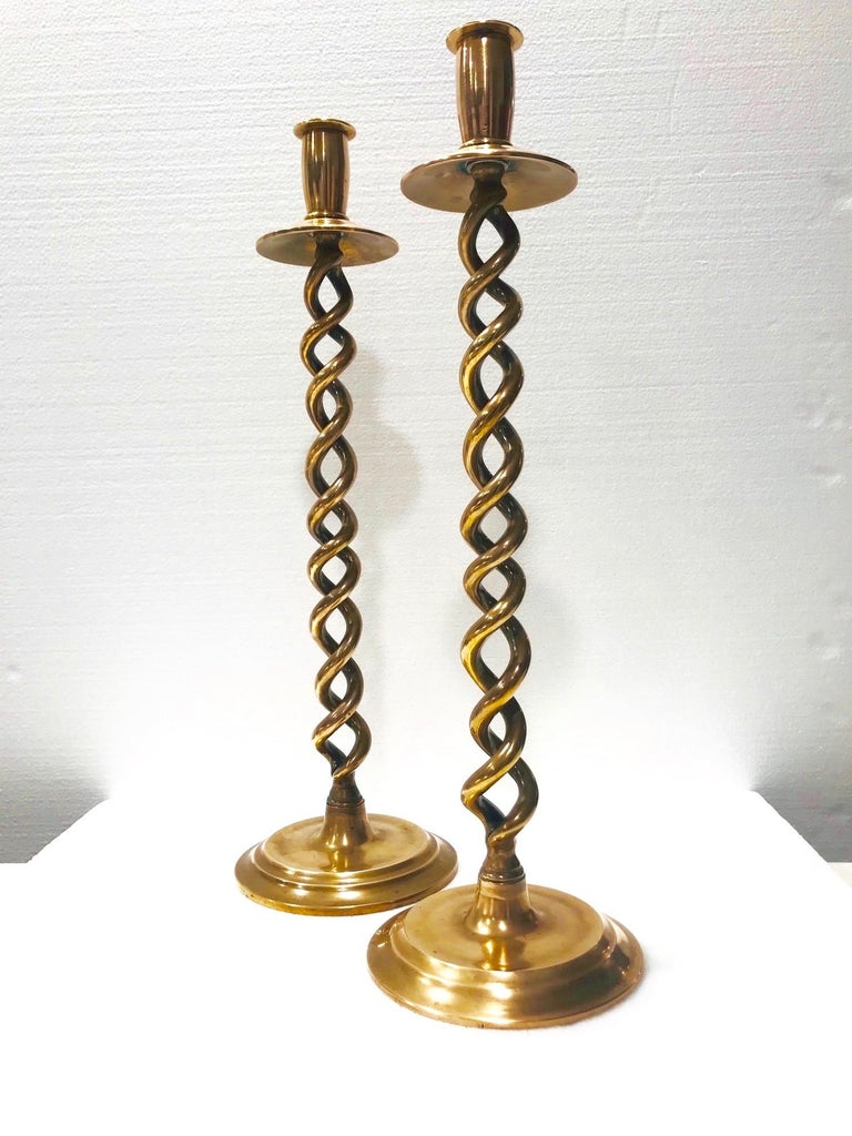 Pair of English Victorian Brass Spiral Candlesticks, Early 20th Century For Sale 1