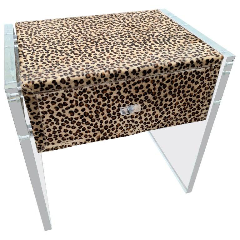 Zwei Kunst Cheetah Haut Gepolsterte Nachttische mit Lucite Seitenteilen 10