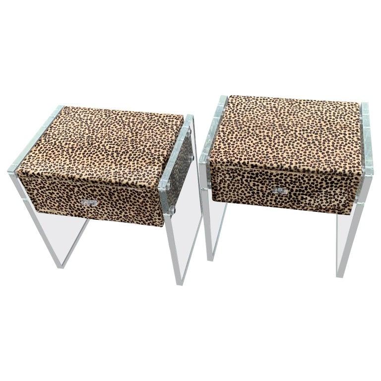 Zwei Kunst Cheetah Haut Gepolsterte Nachttische mit Lucite Seitenteilen 4